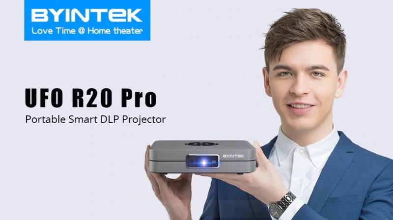 Priročna velikost pametnega projektorja z izjemno jasno sliko