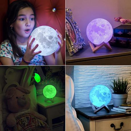 WELL namizna 3D MOON LED svetilka s spreminjanjem 7 barv na dotik (touch), leseno stojalo, na baterije, premer 15cm